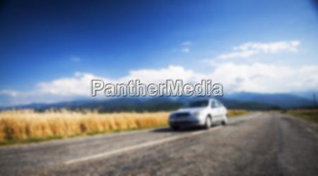 unscharfer hintergrund mit auto auf strasse