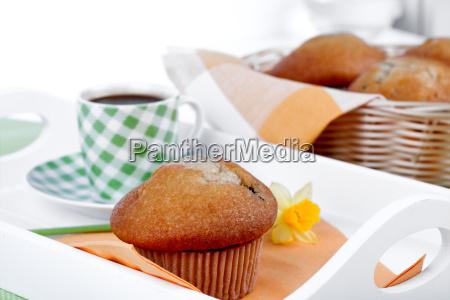 muffins mit tasse kaffee auf dem