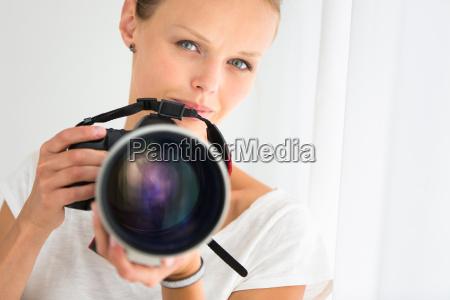 huebsche fotografin mit digitalkamera dslr