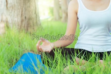 nahaufnahme frau war meditation yoga im