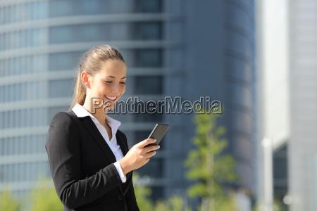 executive arbeits mit einem mobiltelefon