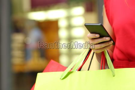 shopper einkaufen mit einem smartphone