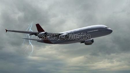 modernes passagierflugzeug im flug bei gewitter