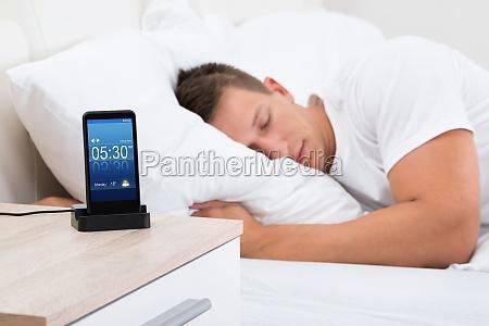 man schlafen mit alarm auf handy