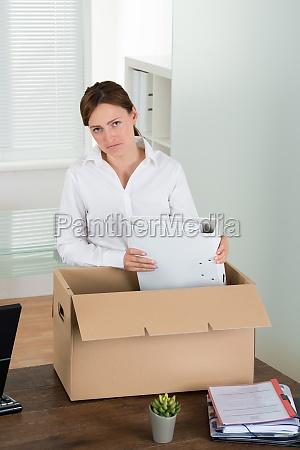 geschaeftsfrau die ihre habseligkeiten in box