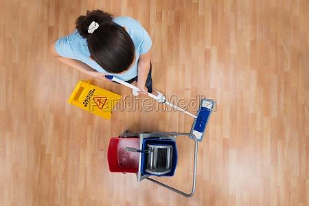 frau mopping boden