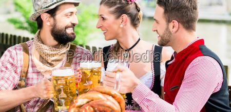 leute mit bier und bretzel in