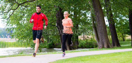 frau und mann joggen auf waldweg