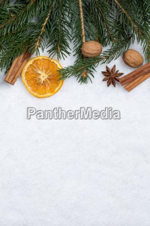 weihnachten hintergrund mit tanne tannenzweige schnee