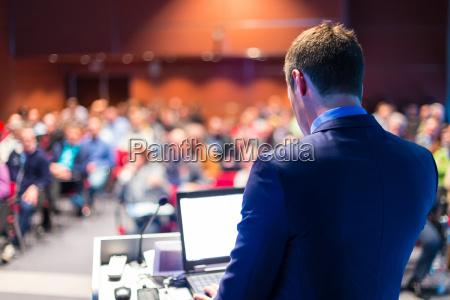 redner bei business konferenz und praesentation