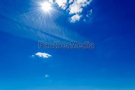 helle sonne scheint am himmel mit