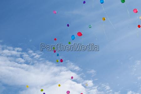 drei bunten luftballons fliegen in den
