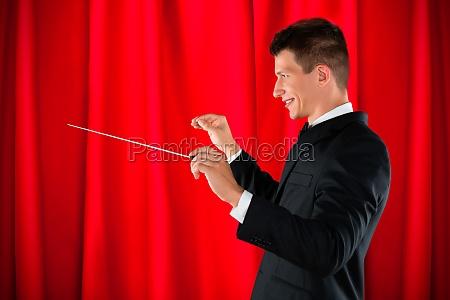 orchester dirigent holding taktstock