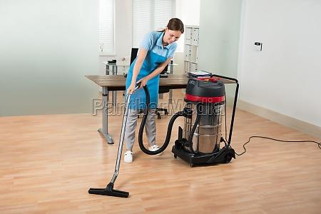 arbeitskraft reinigungs boden mit staubsauger