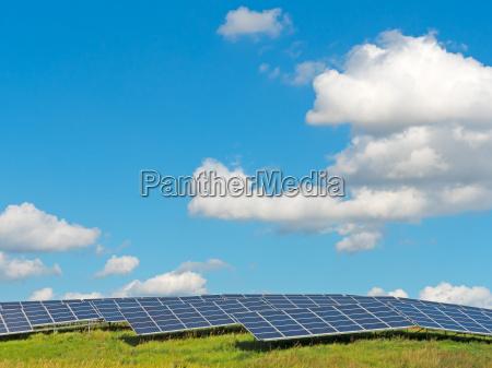 solarkraftwerk unter blauem sommerhimmel