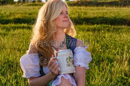 bayerische frau in traditioneller kleidung oktoberfest