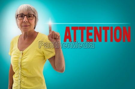 attention touchscreen wird von seniorin gezeigt