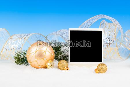 weihnachtskugeln mit band auf schnee
