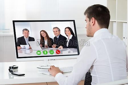 geschaeftsmann videokonferenzen am desktop computer