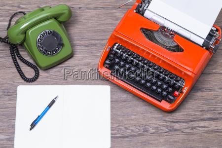 altes telefon mit schreibmaschine