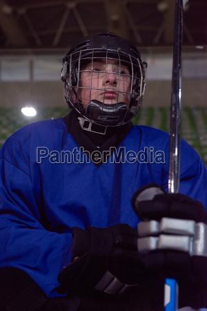 eishockeyspieler auf der bank