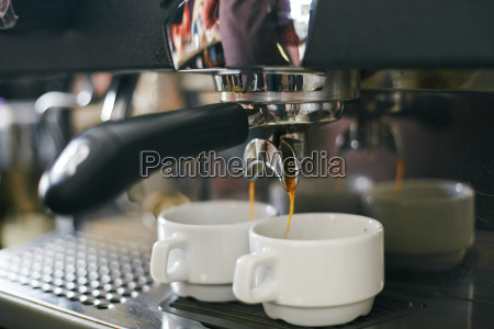 giessen kaffee in tassen