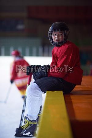 kinder eishockeyspieler auf der bank