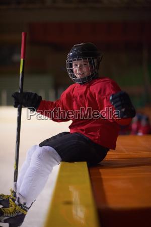 kinder eishockeyspieler auf bank