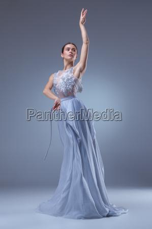 die schoene ballerina tanzt im blauen