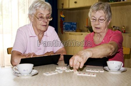 AEltere damen beim spielen