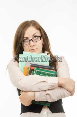 nachdenklich lehrer mit lehrbuechern und notebooks