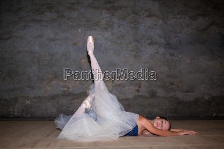 die schoene ballerina in langen weissen
