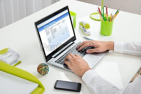 businessperson online banking mit laptop