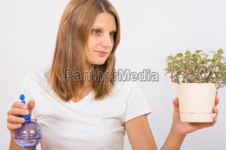 sie haelt die topfpflanzen vor der