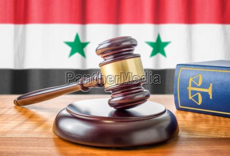 richterhammer und gesetzbuch syrien