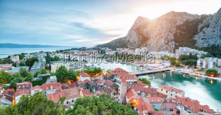 alte kuestenstadt omis in kroatien bei