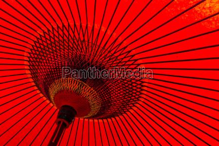 japanischer traditioneller roter regenschirm