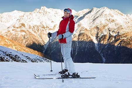 frau in skibekleidung am skigebiet soelden