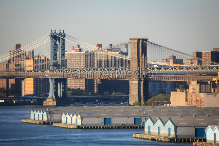 manhattan bridge and brooklyn bridge in
