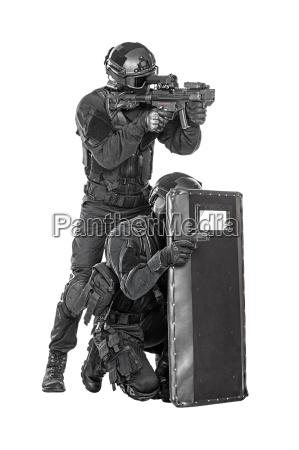 swat offiziere mit ballistischer schutzschild