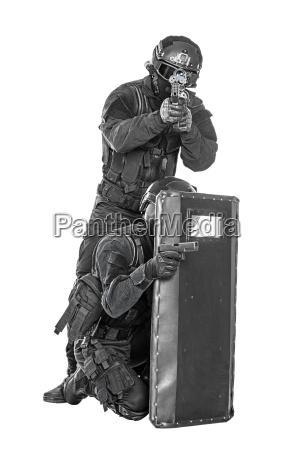 swat offiziere mit ballistischen schild