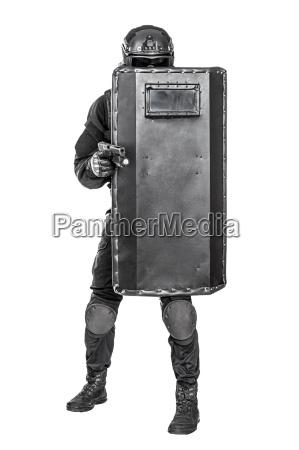 swat offizier mit ballistischem schild