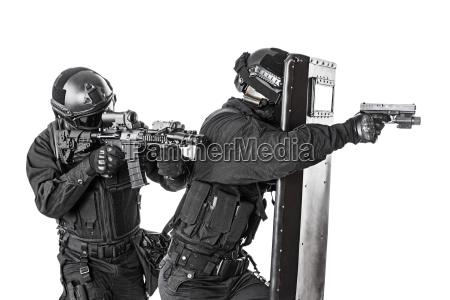 swat beamten mit ballistischem schutzschild