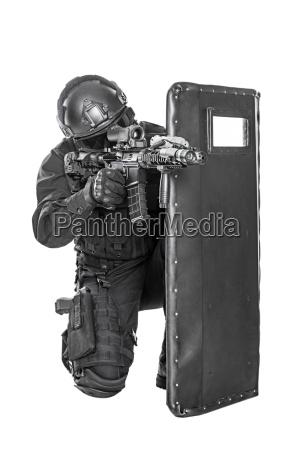 swat offizier mit ballistischer schutzschild