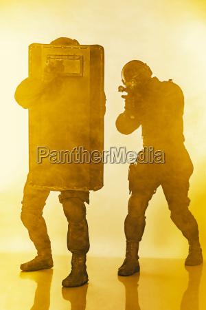 polizeibeamte swat mit ballistischer schutzschilde