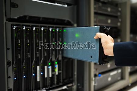 menschen reparieren server netzwerk in datenraum
