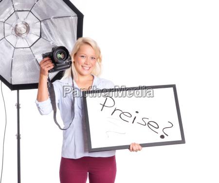 fotografin haelt eine preistafel in der