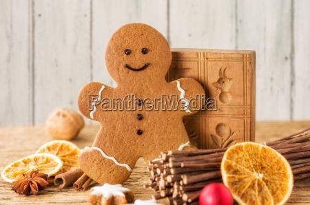 lebkuchenmann mit weihnachtsdeko