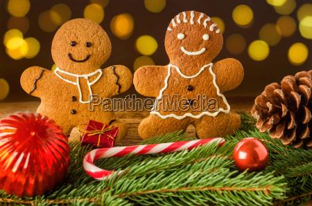 lebkuchenmann und lebkuchenfrau mit weihnachtsdekoration