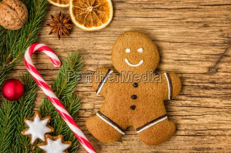 weihnachtliche dekoration mit lebkuchenmann